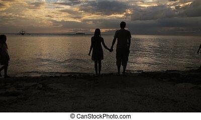 strand, gezin, ondergaande zon , silhouette