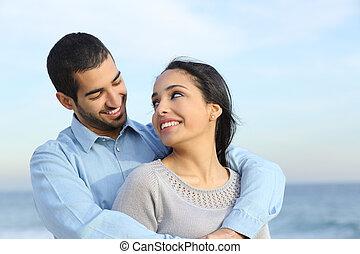 strand, liefde, paar, vrolijke , ongedwongen, arabier, het knuffelen