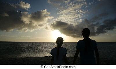 strand, meiden, ondergaande zon , silhouette