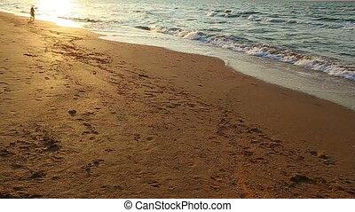 strand, rennende , geitjes, ondergaande zon , twee