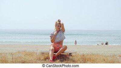 strand, vrouw, skateboard, haar, zittende