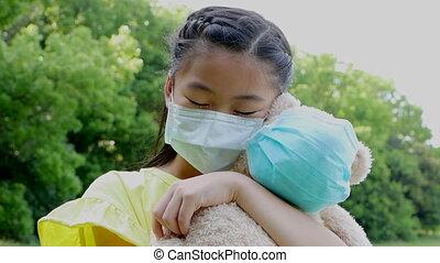 stress, aziaat, vervelend, medisch, vasthouden, beer, speelbal, meisje, beschermend masker, weinig; niet zo(veel)