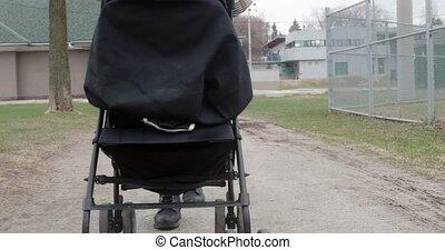 stroller., voortvarend, 4k, haar, moeder