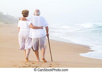 strolling, paar, strand, bejaarden