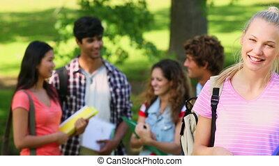 student, het glimlachen, fototoestel, vrienden
