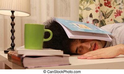 studerend , jonge, terwijl, slaap, het vallen, man