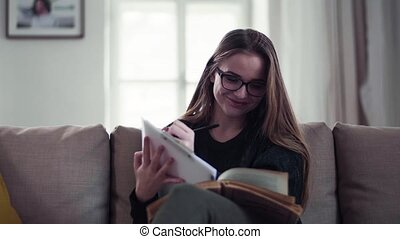 studying., vrouwlijk, zittende , jonge, sofa, student, vrolijke