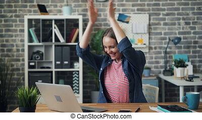 succes, werkende , draagbare computer, aantrekkelijk, handen, meisje, het genieten van, handgeklap, lachen