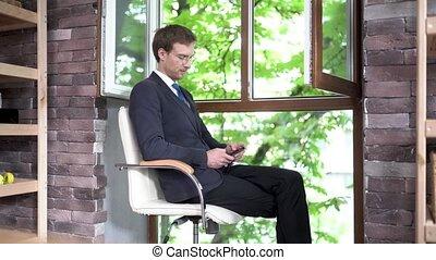 succesvolle , zakenman, jonge, kantoor, aantrekkelijk