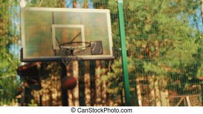 summertime., buitenshuis, hoepel, scoren, gegooi, speler, close-up, kerel, jonge, bal, professioneel, basketbal
