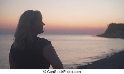 sunset., vrouw, fototoestel, zee, stalletjes, strand., haar, back, achtergrond