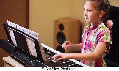synthesizer, meisje, jonge, spelend