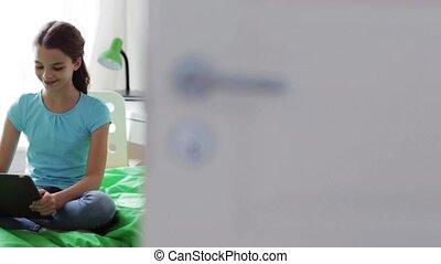 tablet, zittende , bed, pc, thuis, meisje, vrolijke