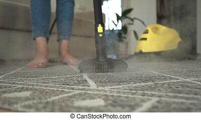 tapijt, vrouw, poetsen, stoom, reinigingsmachine
