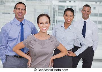 team, het poseren, het kijken, werken, het glimlachen, fototoestel, samen