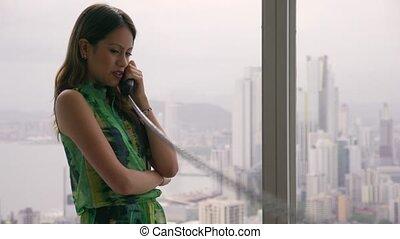 telefoon, 1, jonge, latina, businesswoman, moderne, kantoor, bekabeld