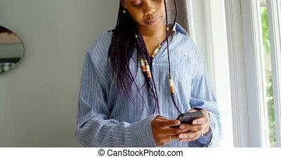 telefoon, black , staand, thuis, beweeglijk, comfortabel, aanzicht, gebruik, 4k, vrouw, voorkant, jonge