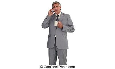 telefoon, hebben, terwijl, vasthoudende kop, zakenman, vrijstaand, roepen, whitebackground, hij, thee