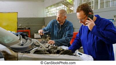 telefoon, zijn, het onderzoeken, beweeglijk, terwijl, collega, klesten, auto technicus, 4k