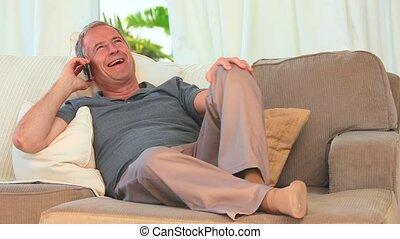 telefoongesprek, man, gepensioneerd, boeiend