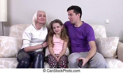 televisie, gezin, schouwend, jonge, samen, vrolijke