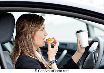 terwijl, vasthouden, het charmeren, kop, werken, businesswoman, drinkt, geleider, eten