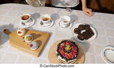 thee, van een vrouw, gieten, zoetigheden, birthday., handen, thuis, koppen, tafel, vieren