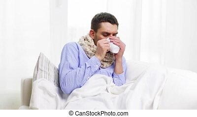 thee, ziek, griep, warme, thuis, drinkt, man