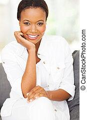 thuis, amerikaanse vrouw, afrikaan, zittende