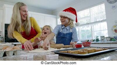 thuis, de koekjes van kerstmis, vervaardiging, gezin