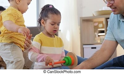 thuis, gelukkige familie, spelende kinderen