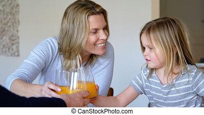 thuis, hebben, sinaasappel, multi-generation, sap, 4k, gezin