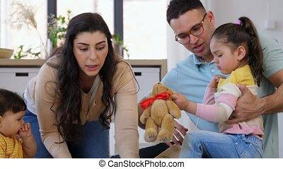 thuis, kinderen, gelukkige familie, spelend