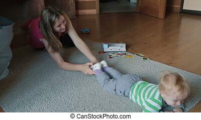 thuis, moeder het spelen, zoon