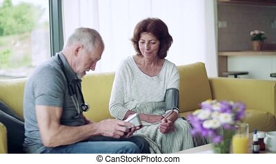 thuis, oude vrouw, bezoeker, gedurende, visit., gezondheid