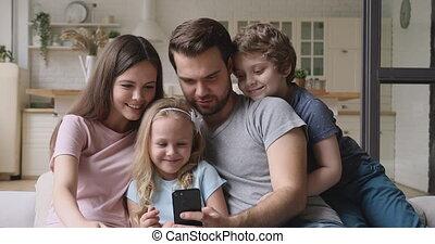 thuis, ouders, smartphone, hebben, kinderen, gebruik, vrolijke , plezier