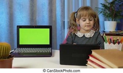 thuis, scherm, kind, huiswerk, meisje, groene, draagbare computer, leraar, pupil, digitaal tablet, gebruik