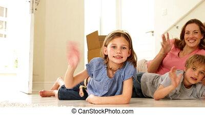 thuis, vloer, nieuw, hun, het liggen, gezin, vrolijke