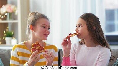 thuis, vrolijke , eetpizza, tiener, takeaway, meiden