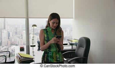 tien, kantoor, businesswoman, moderne, jonge, telefoon, latina