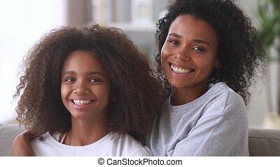 tiener, dochter, gezin, het koesteren, mamma, afrikaan, verticaal, bonding, vrolijke
