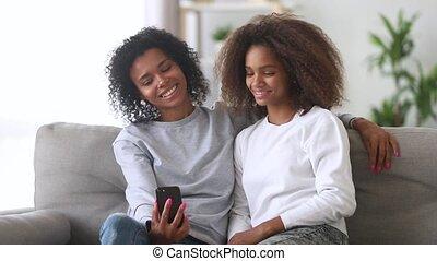 tiener, gezin, boeiend, moeder, amerikaan, afrikaan, meisje, selfie, vrolijke