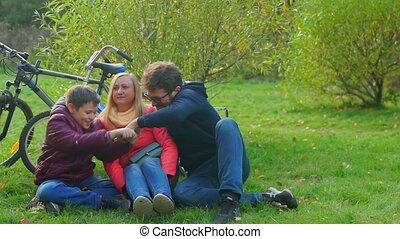 tienerjongen, smartphone, zittende , grass., mamma, papa, addiction.