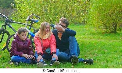tienerjongen, zittende , mamma, papa, gras