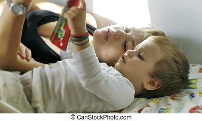 tijd, moeder, bed, baby, lezende , jongen
