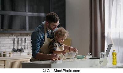 toddler, vader, gezin, vrolijke , keuken, het koken, uitgeven, tijd, weekend, thuis, spelend, samen
