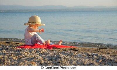 toerist, meisje, concept., weinig; niet zo(veel), zomer, seascape., steunend, mooi en gracieus, rood, vakantie, of, tijd, vakantiepark, baddoek, herfst, gezin, zittende , environment., recreaties, achtergrond., baby, seashore., het kijken