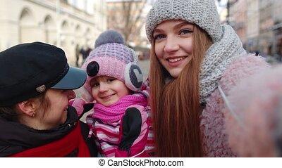 toeristen, boeiend, selfie, vrouwen, winter, kind, beweeglijk, foto's, stad, telefoon, straat, meisje, adoptie