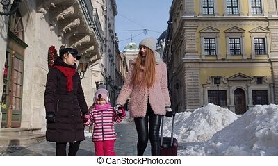 toeristen, oud, het glimlachen, twee vrouwen, wandelende, kind, koffer, jonge, stad straten, meisje, adoptie
