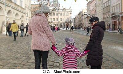 toeristen, verblijf, centrum, handen, winter, holdingskind, geitje, stad, lesbisch paar, straat, meisje, adoptie